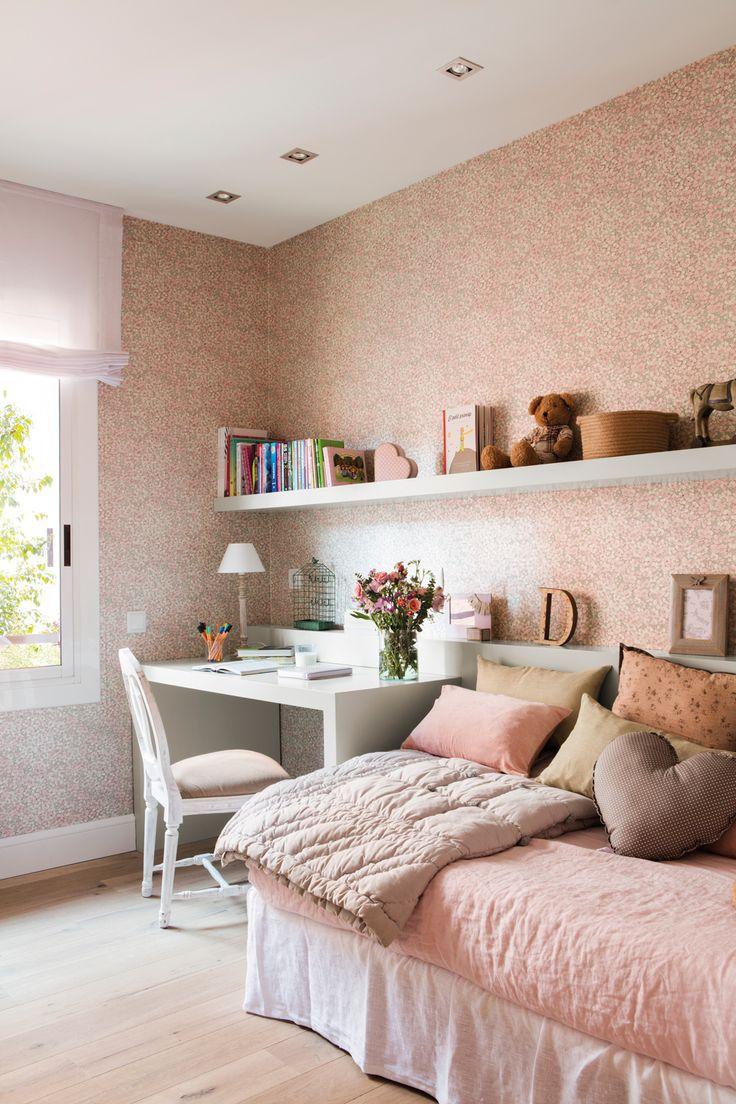 Dormitorio infantil en blanco y rosa, con cama individual, mesa de estudio y papel pintado_451963