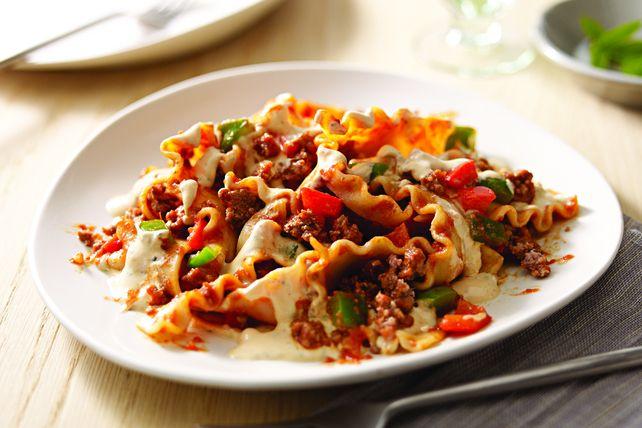 Nul besoin de préchauffer le four pour cette recette éclair de lasagne. Faite de bœuf haché, de poivrons, de sauce et de fromage crémeux, elle se prépare dans une seule poêle.