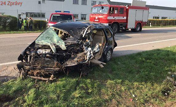 Auto s pěti pasažéry se u Jičína srazilo s kamionem, dva lidé zemřeli