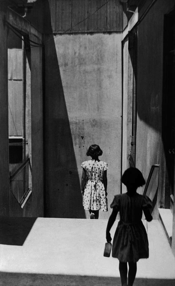 © Sergio Larrain/Magnum Photos – Passaggio Bavestrello, Valparaiso, Cile, 1952.