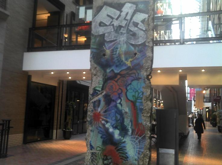 Le mur de Berlin, mais à Montréal.