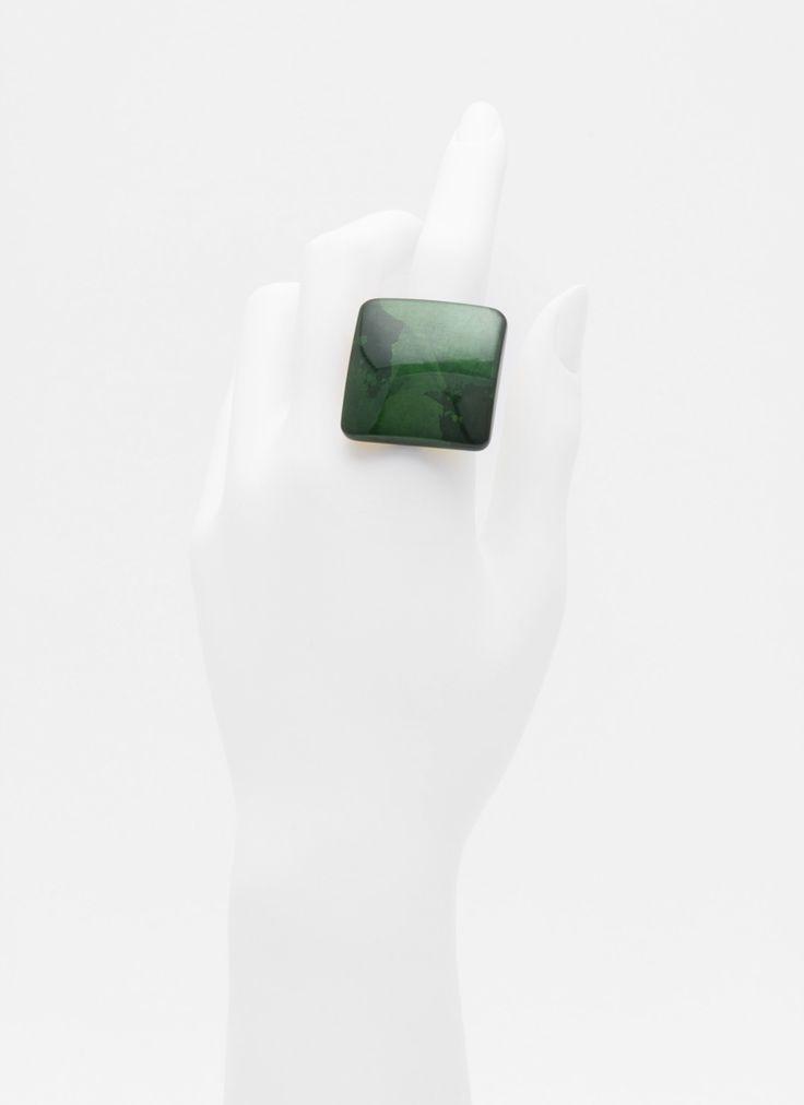 身につける漆 漆のアクセサリー リング 平撫四方 ひすい色 坂本これくしょんの艶やかで美しくとても軽い「和木に漆塗りのアクセサリー」より、美しい艶が手元を輝かせる、シンプルなフォルムとボリューム感の ウェアラブル 漆 アクセサリー wearable URUSHI accessories Ring flatsquare 3 jade color 少し大きめですがとても使いやすいトップは、上品で奥行き感のある翡翠のような奥深いグリーン系の光沢、リング部分はシルバー SV925 静海波模様 号数は多少の調節が効きます。  #漆アクセサリー #漆のアクセサリー #漆ジュエリー #軽いアクセサリー #漆のリング #美しい艶 #シンプルなリング #リング #ひすい色 #翡翠リング #Ring #jadecolorRing #wearable #ウェアラブル漆 #漆塗り #軽さを実感 #坂本これくしょん