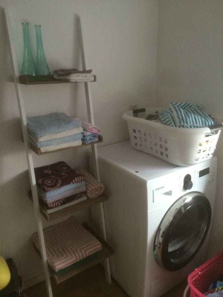 Normaal lagen de handdoeken op de droger, nu een mooi wandrek gekocht bij de Blokker, netjes opgeruimd nu!