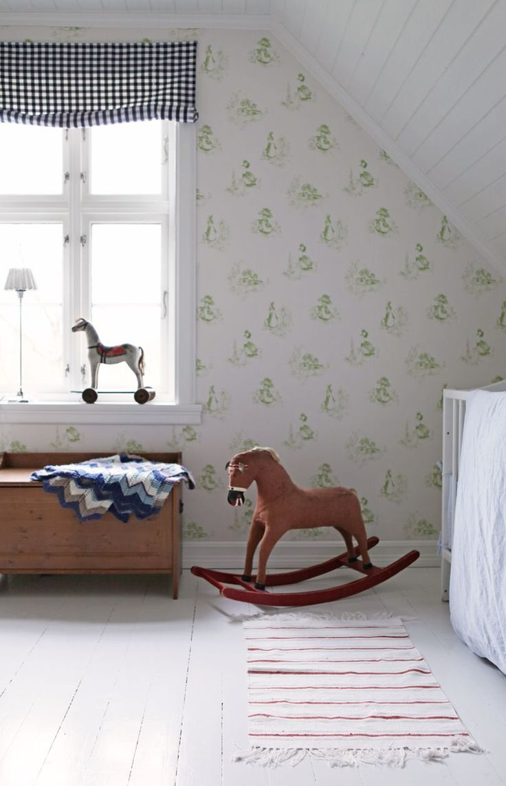Nicolai har arvet mange fine, gamle leker, og hesten i vinduskarmen er fra farfar. Et rolig tapet med detajer i frisk grønt preger deler av rommet og tilfører en fin spenst. Ulike farger og mønster på vegger, liftgardin, teppe og pledd er dessuten helt i tråd med mønstermikstrenden som preger interiørbildet for våren og sommeren.