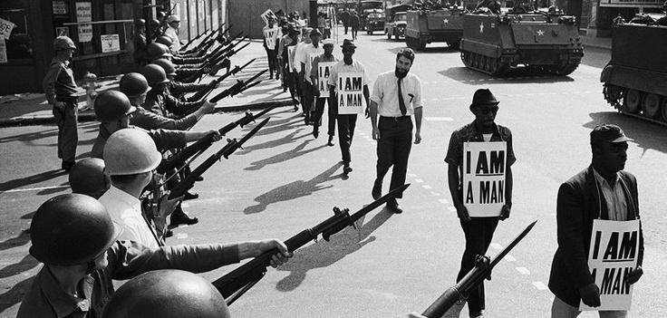 © Bettman/Corbis. Guarda Nacional tenta conter a marcha de trabalhadores afro-americanos. Memphis, EUA, 1968