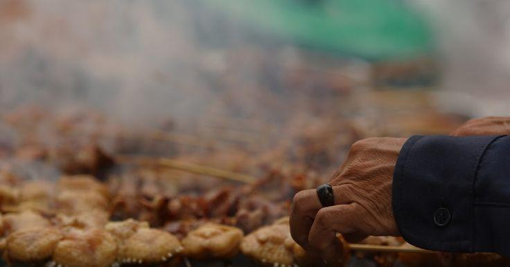 Como temperar peito bovino. O peito bovino é um corte extremamente popular. Devido à quantidade de tecidos conjuntivos presentes na peça, a carne deve ser cozida lentamente para amaciá-los. Uma forma de prepará-la é cobri-la com uma combinação de temperos em pó e cozinhá-la sob fogo baixo. Os condimentos ajudam a formar uma crosta externa, que mantém os líquidos no interior ...