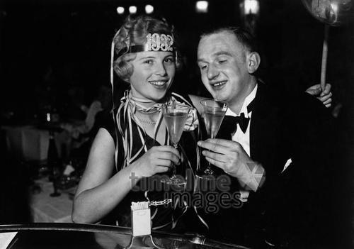 Neujahr, 1932 Timeline Classics/Timeline Images #Feiern #Silvester #Neujahrsfeier #Neujahrstag #31.Dezember #Jahresende #Party #Brauchtum #historisch #schwarzweiß #historical #Nostalgie #nostalgisch #Partyoutfit  #vintage #1930er #1930ies