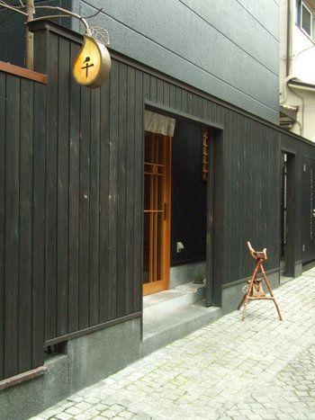 かくれんぼ横丁と名がついた、兵庫横丁と神楽坂仲通りの間の石畳通り沿いにあるお店です。真っ黒な板塀に囲まれ、看板を見落としてしまうと通り過ぎてしまいそうな、そんなひっそりとした店構えです。