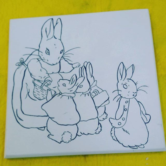 Tavşan Peter'in maceralarına devam... Petter Rabbit... #tilepainting #jawellerybox #painting #handpainted #dish #paintingart #drawing #tile #plate #decorativeplate #tileart #tilepainting  #sunumtabağı #instalike #byneshka #çini #art #craft #çiniboyama #dish #fable #takıkutusu #tavşanpeter #tavşan #handpaint #handcraft #fairytale #petterrabbit  #beatrixpotter #animaltales #tale #sunum