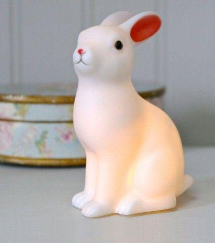 La veilleuse lapin qui accompagnera vos nuits au pays des merveilles.