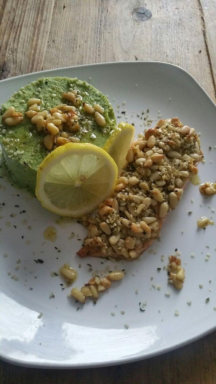 Brocolli-avocado puree met zalm. Ingrediënten: brocolli, avocado, zwarte peper, roze himalaya zout, vers geraspte gember, verse knoflook, zalmfilet, pijnboompitjes, olijfolie, hennepzaad, citroen.
