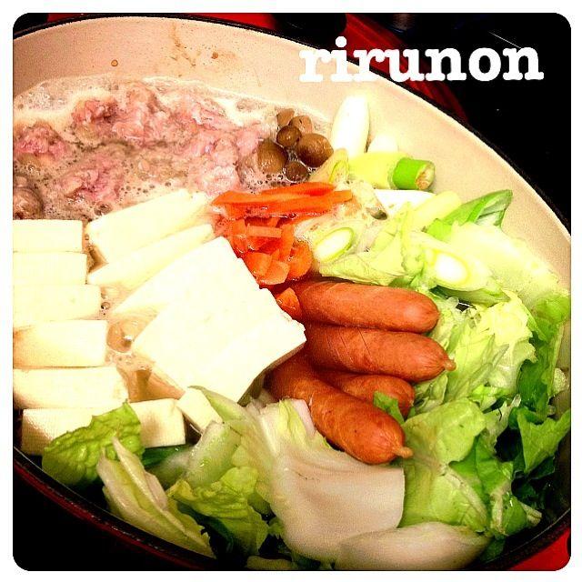 胡麻味噌鍋です 肉団子はこの前のロールキャベツのタネの残りで作ったんだけどなかなか赤みが取れないからバラバラにして坦々鍋みたいにした(笑)  めちゃくちゃ美味しいスープです! 〆は冷凍うどん入れました(๑´ڡ`๑)  さらに明日のあさにスープ使うよー♥ - 105件のもぐもぐ - 肉団子の胡麻味噌鍋 by rirunon