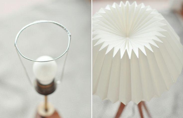lampadaire origami à faire soi-même - abat-jour origami en papier plié blanc sur des pieds en bois