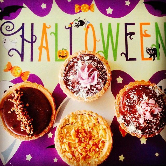 """Trick or Treat Tarts: Η πλέον παραδοσιακή συνήθεια των παιδιών ανήμερα του Halloween είναι να γυριζουν απο πορτα σε πορτα και μεταμφιεσμένοι να ρωτάνε """"κέρασμα ή φάρσα;"""". Τότε οι νοικοκυραίοι τους προσφέρουν διάφορα γλυκίσματα, συνήθως σοκολάτες ή καραμέλες. Ο δικός μας δίσκος λοιπόν ειναι γεμάτος απο τάρτοποιημένες αγαπημένες μας σοκολατένιες αμαρτίες!  Lila Pause Twix Reese's Bueno"""