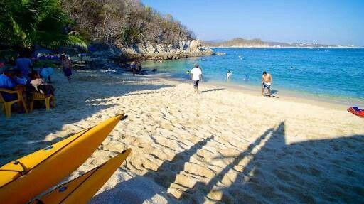 Disfruta de las aguas claras y calidas de las bahías de Huatulco. Playa la entrega