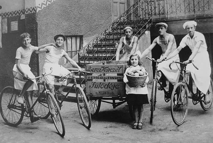 1930 körül. Bercz Venczel sütödéjének kifuttófiúi, Mexikói út 6.