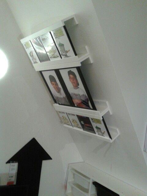 Ikea idee Schilderijhouders tegen schuine wand.