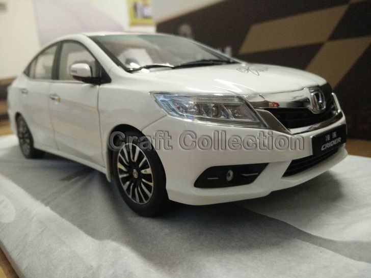 *New White 1:18 Honda Crider 2015 Diecast Model Car Alloy Toy with Cristiano Ronaldo Signature * Panel Included