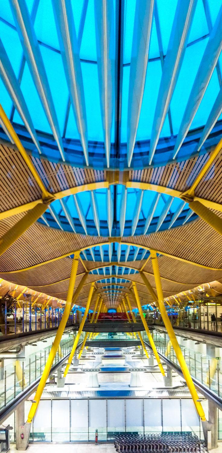 Se abrrir la Naviada en Aeropuerto Barajas  공항에서 크리스마스를 엽니다.  RYU