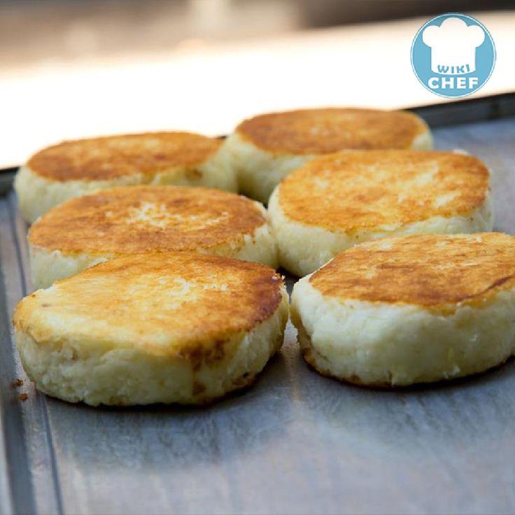 Mezclamos el agua, sal, harina, mantequilla y queso en un recipiente lo suficientemente grande para hacer la masa. Amasamos todos los ingredientes hasta que estén bien mezclados y hasta que la masa tenga una consistencia suave. Si la masa está muy seca, agregamos un poco más de agua. Si está muy mojada, agregamos un poco más de harina. Con esta masa, formamos bolas del tamaño de una naranja mediana y la colocamos entre dos pedazos de plástico. Con un rodillo, aplanamos la masa hasta que…