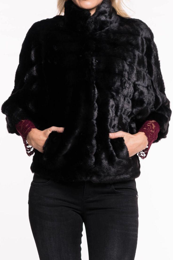Dekthan Jacke von KOCCA   elegante Jacke in Felldesign und mit ¾ Arm  Verschluss durch Magnethaken  Stehkragen  Einschubtaschen  ein perfektes Kleidungstück aus der KOCCA Kollektion  Material: 37% Polyacryl / 32% Modaacryl
