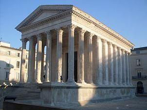 Architectuur in de Romeinse oudheid. en Romeinse tempel heeft anders dan de Griekse een (hoog) podium; de zuilen staan op een voetstuk. De Romeinse tempel heeft zogenaamde pilasters (halfzuilen, die deels verzonken lijken in de muren). Behalve architraafbouw werd ook gewelfbouw toegepast, en soms een voorportaal. gewelfbouw was voor die tijd revolutionair. Bijlage(n): architectuur_in_de_romeinse_oudheid.pdf