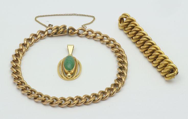 Een BWG gouden 'kabel' broche, een 14 krt. gouden hanger bezet met groene steen en een BWG gouden schakelarmband
