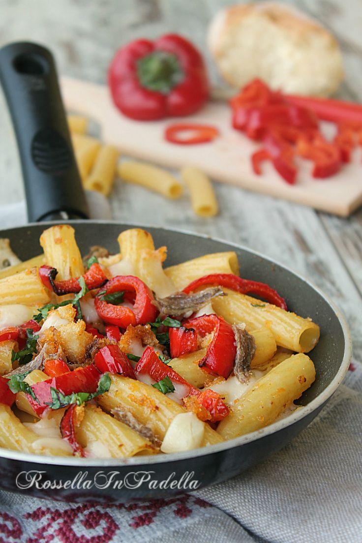 Pasta atturrata con peperoni, acciughe e provolone