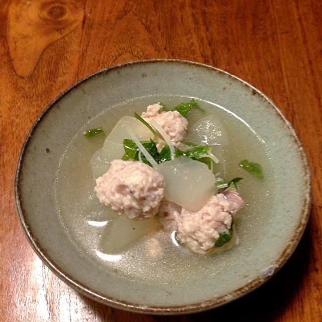 夏になると食べたくなる冬瓜。 鳥肉のだしでさっぱり仕上げました。 肉団子は山椒と西京味噌で味付け。 セロリの葉っぱを散らしてます。 - 7件のもぐもぐ - 冬瓜と鳥肉団子のスープ by gogotaxi