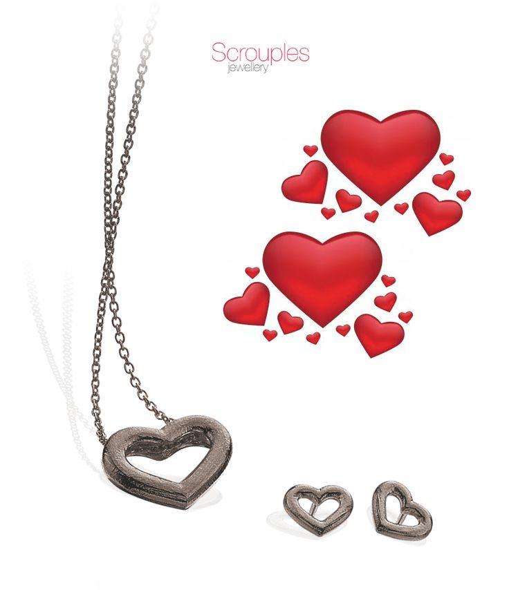 Scrouples hjerte - sort rhodineret med ørestikkere til.