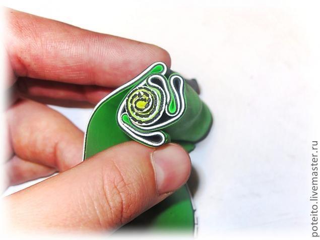 Здравствуйте!Представляю Вашему вниманию мастер-класс по созданию выпуклых кулонов (комплекта украшений в данном случае) в технике Брейн Кейн. Брейн - в переводе с английского означает мозг. И данная техника напоминает своим узором извилины :) Итак, потребуется: пластика базовых цветов (черный, белый), пластика различных оттенков (для цветного пласта), лезвие, скалка, паста-машина, лампочка.