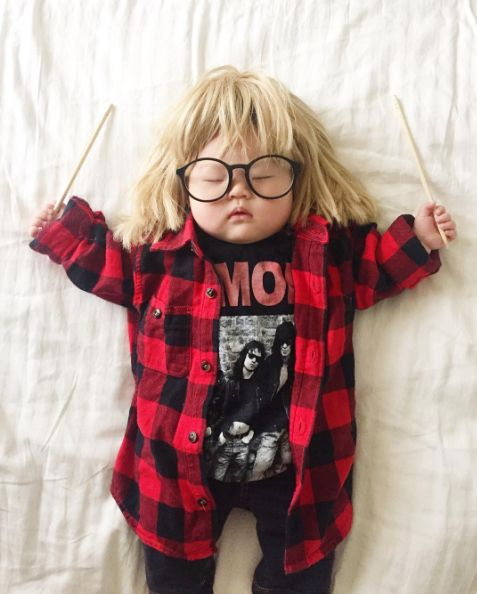 ... And Garth from Wayne's World . | Cette maman déguise son bébé pendant sa…