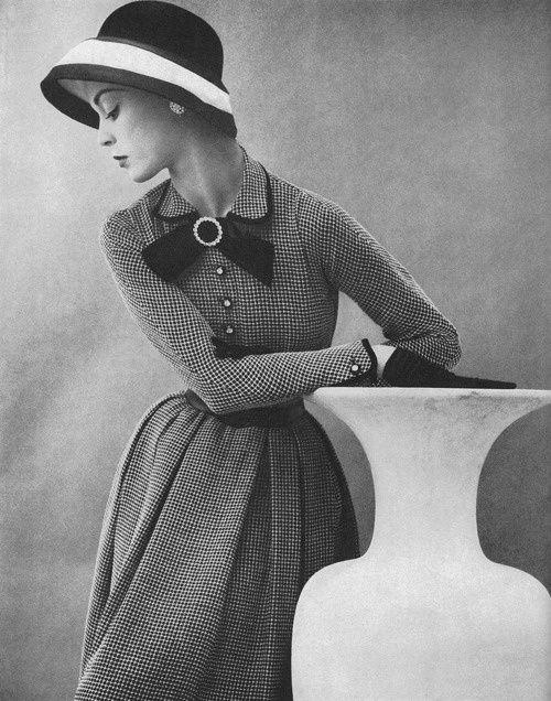 Ретро-фото.  Мода 1950-х годов. Элегантность и женственность.