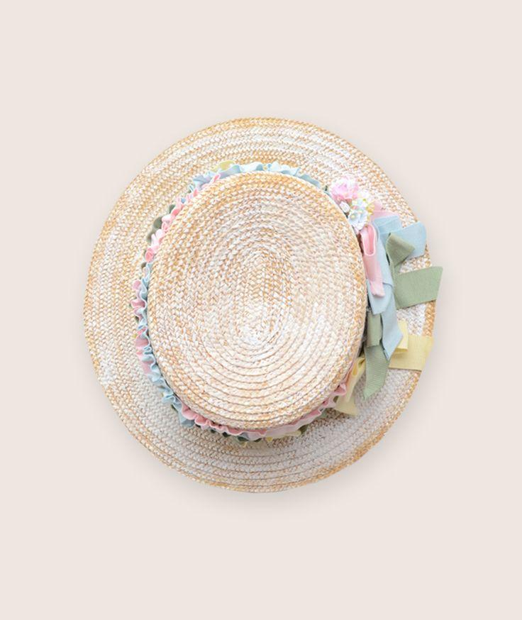 Cappello in 100% paglia, fiocchi colorati in grosgrain di cotone, piccoli fiori in carta.  Gli accessori per bambina m i n i L u d O sono realizzati da artigiani esperti esclusivamente in Italia.
