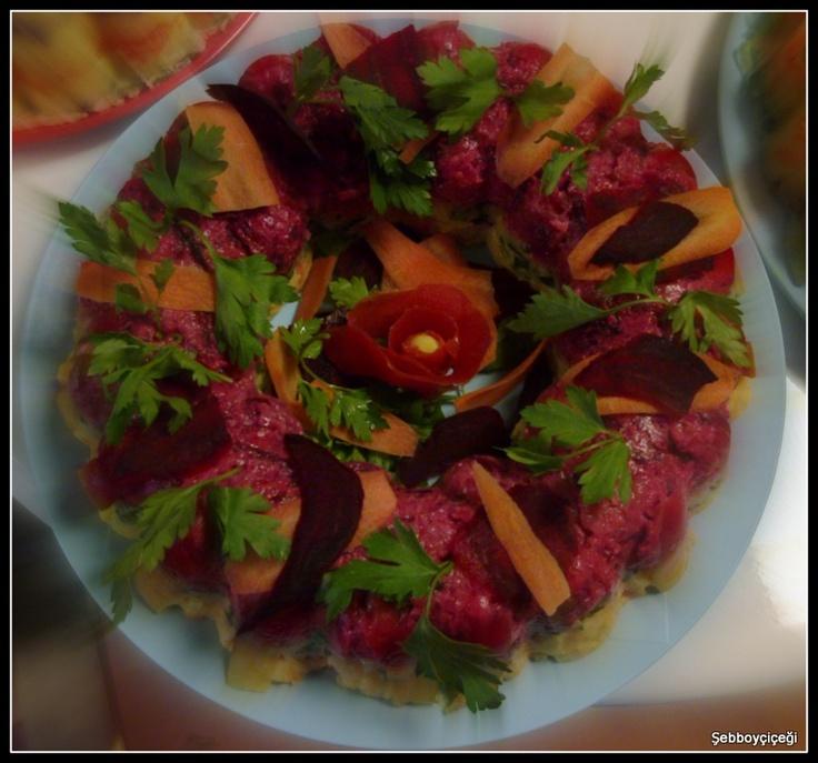 İki renkli patates salatası.Görsel bir şölen.