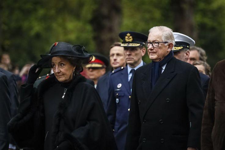 Prinses Margriet en haar man Pieter van Vollenhoven woonden donderdagavond in Rhenen de nationale militaire dodenherdenking bij. Prins Pieter-Christiaan vergezelde zijn ouders bij de herdenking op het militair ereveld op de Grebbeberg.