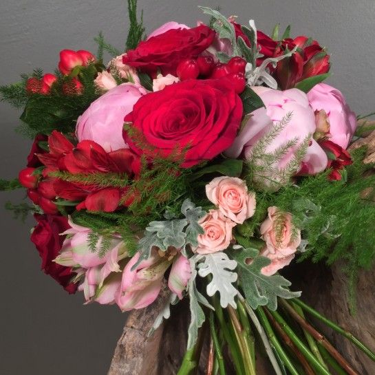 Νυφικό μπουκέτο (Ανθοδέσμη) γάμου από ροζ παιώνιες, ροζ μίνι τριαντάφυλλα, ροζ αλστρομέρια, κόκκινες παιώνιες, κόκκινες αλστρομέριες, κόκκινα τριαντάφυλλα, κόκκινο υπέρικουμ και ασπάραγκο.Το δέσιμο είναι από δαντέλα και σάπιο μήλο σατέν κορδέλα.Η πρόταση είναι ενδεικτική του NEDAshop.gr και μπορεί να τροποποιηθεί όπως εσείς θέλετε. http://nedashop.gr/gamos/nifikh-anthodesmh/kokkines-roz-peonies-triantafylla-alstromeria-yperikoym