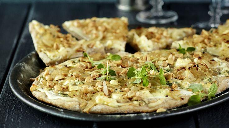 Valkoisen pizzan kastikkeena on jogurttia ja täytteenä karamellisoituja sipuleita,  päärynöitä, sinihomejuustoa ja suolapähkinöitä.