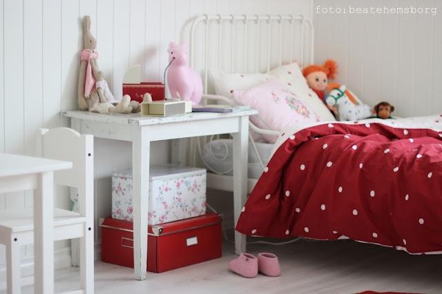 meisjeskamer rood met witte stippen.