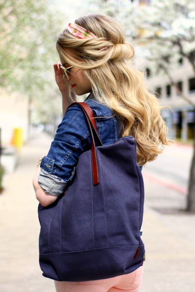 Un demi chignon Les foulards peuvent aussi jouer le rôle de headband. La preuve avec cette jolie attache ultra simple à réaliser.