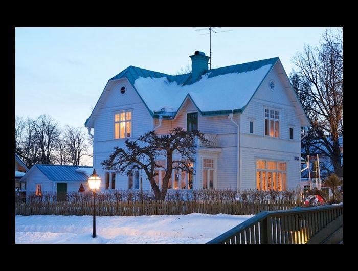 Av Anna Lefvert Foto Pernilla Hed Vid åkanten i centrala Trosa ligger familjen Thyreens hus, byggt 1910.