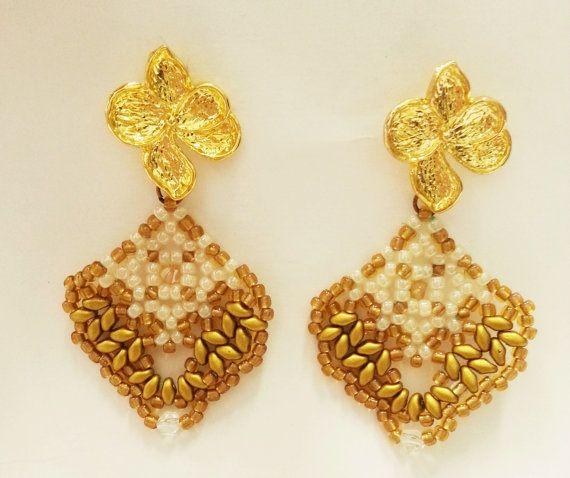 Eleganti orecchini oro e bianchi con superduo di Mangandmore