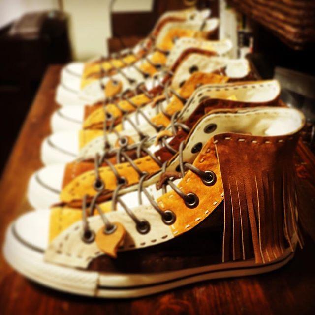 秋なので茶色チクチク靴がいっぱい。オーダーでフリンジ付きも作りました。http://dwarf.boy.jp #茶色チクチク靴#フリンジ#fringe#秋#autumn#fall#茶色#brown#スニーカー #靴 #ハンドメイド #handmade #手縫い  #shouse #sneaker #creema #minne #個性 #ファッション #fashion #革細工#pop #kawaii #japan #dwarfkutu#leatherwork #leather #革#コンバース#converse