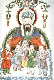 Yü Huang Shang-Ti: Também chamado de O Imperador de Jade, era quem governava os céus. Seu reino era visto como espelho celestial da corte do imperador chinês. Seus funcionários recebiam relatórios vindos dos deuses domésticos falando sobre a conduta das pessoas na Terra. Ele foi, provavelmente, um imperador que deixou seus bens para ajudar pessoas, antes de ir para o céu.