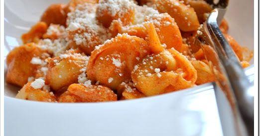 Spice up your life! Υλικά 1 πακέτο τορτελίνια 15 γρ. πελτέ ντομάτας για τη σάλτσα 200 γρ. γιαούρτι στραγγιστό 30 ml. ελαιόλαδο 10 γρ. καπνισ...