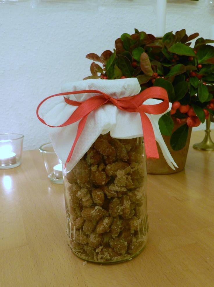 selbstgemachte Mandeln, einfach Zucker in einer Pfanne karamellisieren lassen und Mandeln mit hinzugeben........ super süß als Weihnachtsgeschenk, Mitbringsel...