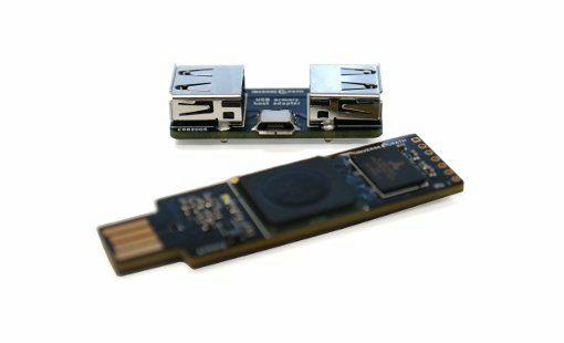 わずか数十秒でWindowsやMacのロック画面を解除するUSB接続のスティック型PC「USB Armory」 - GIGAZINE   端末は画面がロックされた状態でもプラグアンドプレイ機能によってプログラムのインストールを受け入れるため、USB Armoryを挿し込んでプラグインプレイアダプターをDNSサーバー・Web proxy autodiscovery protocol(WPAD)サーバーと誤認識させてUSB端末をデフォルトゲートウェイに偽装することで、ネットワークトラフィックを受信できるようにした上で認証トークンを受け取っているそうです。