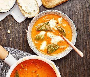 Ta Toscana till middagsbordet redan ikväll. Nygräddad baguette är det perfekta tillbehöret till en kryddig tomatsoppa toppad med mozzarella och spenat.