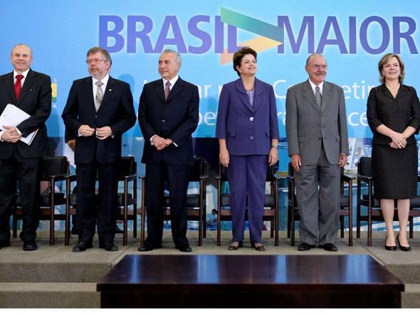 Dilma sanciona incentivos a carros, banda larga e computador  A lei faz parte do Plano Brasil Maior, que estabeleceu estímulos à economia nacional por meio de incentivos tributários e de desoneração da folha de pagamento  -  São Paulo - A presidente Dilma Rousseff sancionou no Diário Oficial da União desta terça-feira lei que cria incentivos à inovação tecnológica e de adensamento da cadeia produtiva de veículos e que ainda institui programas de apoio à instalação de redes de banda larga e…