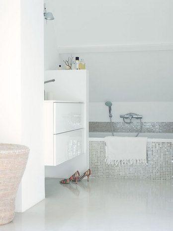 mozaiek lichtgrijs bad en douche